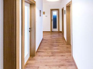 Biele interiérové dvere so sklom a drevenou zárubňou