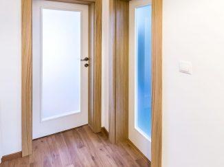 Biele interiérové dvere s drevenými zárubňami