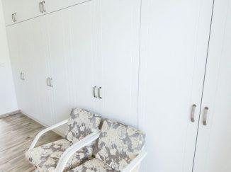 Biele šatníkové skrine s kreslami