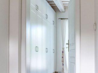 Pohľad do šatníka cez dvere