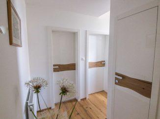 Biele interiérové dvere s drevom