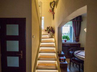 Drevené interiérové schody s podsvietením
