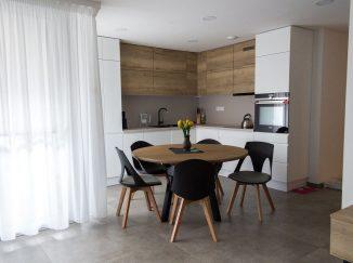 Biela rohová kuchyňa s drevom