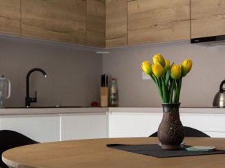Biela rohová kuchyňa s drevom, váza
