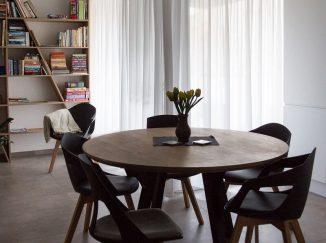 Drevený stôl a čierne stoličky