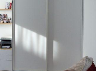 Biela vstavaná skriňa v detskej izbe