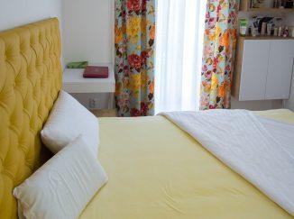 Žltá manželská posteľ