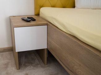 Bielo-drevený nočný stolík