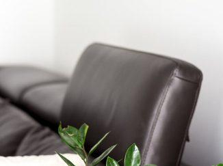 Detail čiernej koženej sedačky