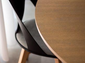 Detail dreveného stola so stoličkou