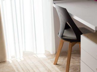 Stolička pri okne so závesom