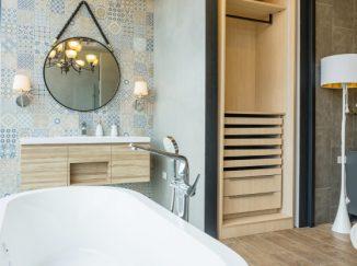 vizualizácia kúpelne so svetlým drevom