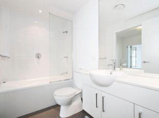 vizualizácia jednoduchej bielej kúpelne
