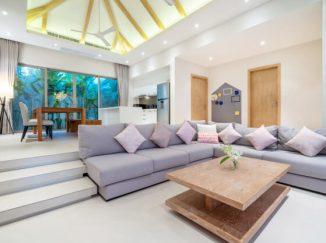 vizualizácia obývačky s fialovou sedacou súpravou