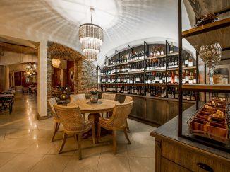Drevený nábytok v reštaurácii Poetika - vinotéka