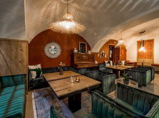 Drevený nábytok v reštaurácii Poetika