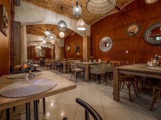Drevený nábytok v reštaurácii Poetika - stoly