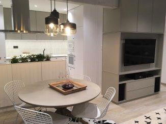 Drevená stena, kuchyňa a stôl na mieru