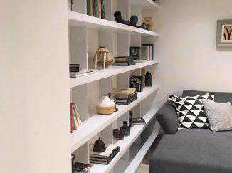 Biela knižnica na celú stenu