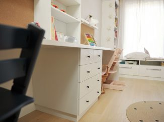 stoličky a pracovné stoly v detskej izbe