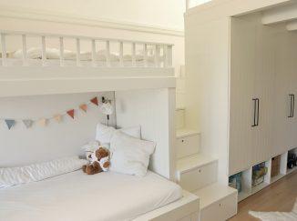 biela poschodová posteľ so schodmi