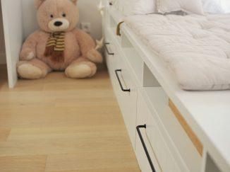 sedenie pri okne v detskej izbe