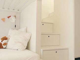 biela detská poschodová posteľ so schodmi