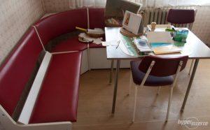 retro rohová lavica v kuchyni