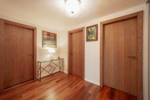 drevené dvere v teplých tónoch
