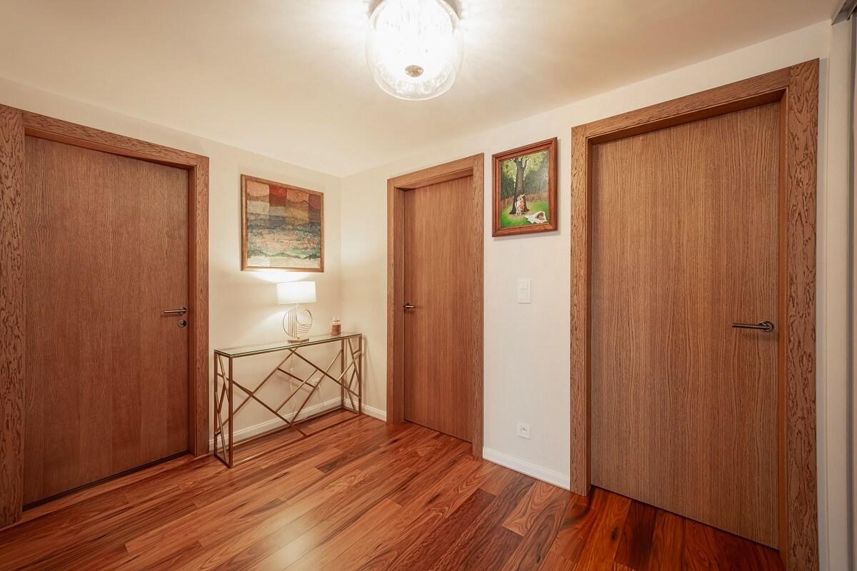 Moderný interiér – teplé odtiene dreva a biela