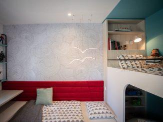detská izba s červenou zástenou pri posteli
